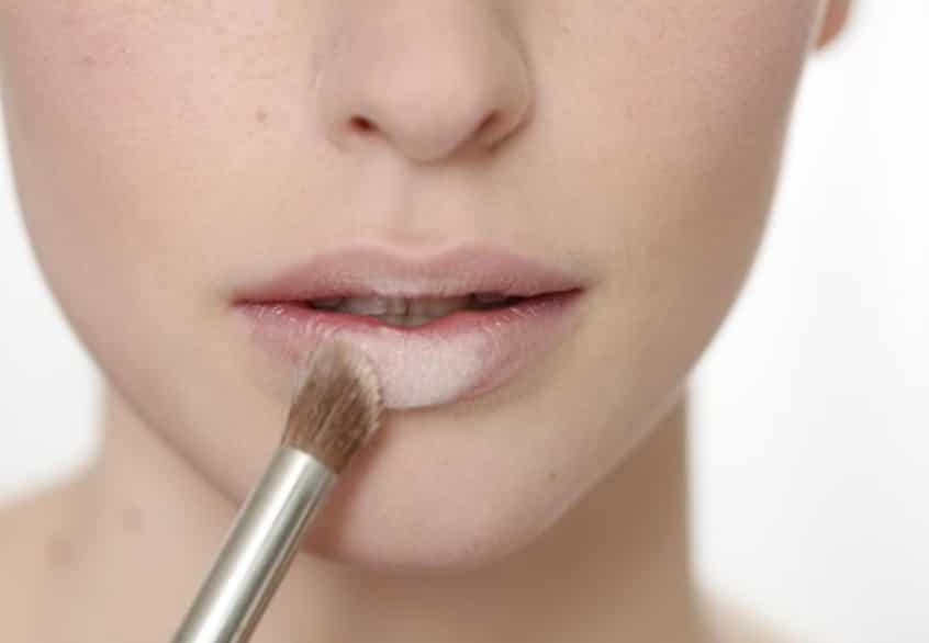 Sử dụng kem che khuyết điểm cho môi