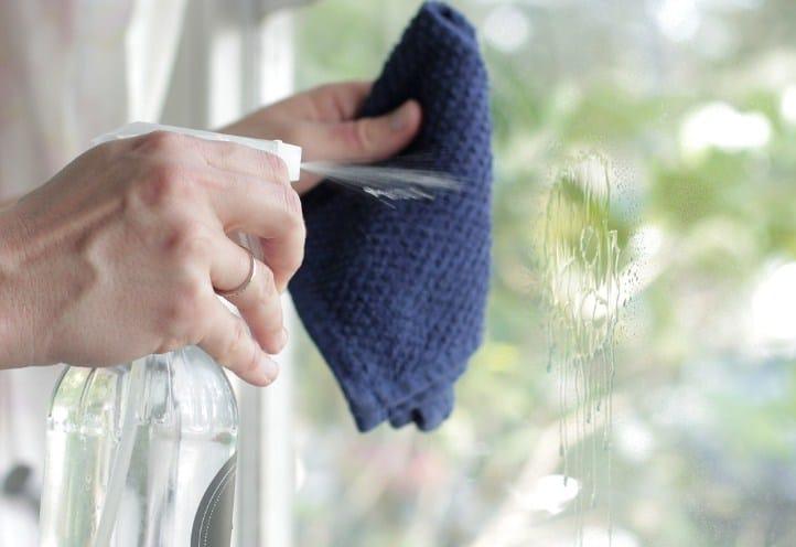 Tẩy sơn móng tay bằng nước rửa kính
