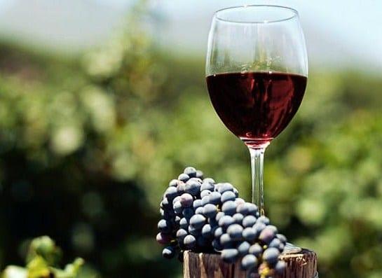 Tẩy sơn móng tay bằng rượu vang