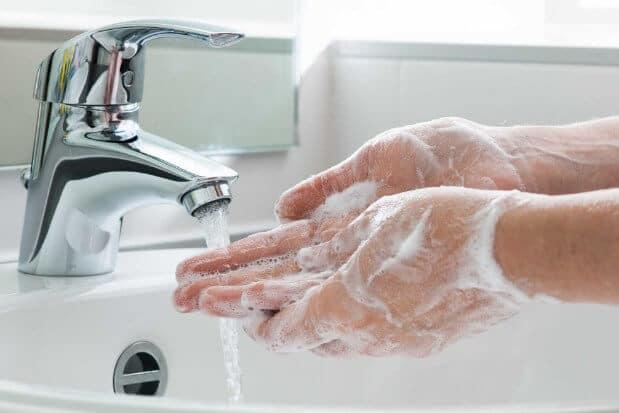 Rửa tay trước khi rửa mặt