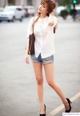 mặc sơ mi trắng với quần short