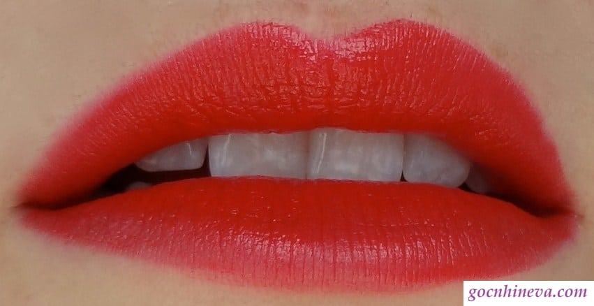 Chất son Velvet Mat – Satin Lipstick lì nhưng vẫn giữ được độ mềm mượt, không khô môi