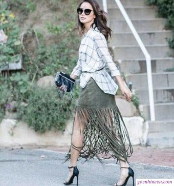 kết hợp chân váy tua rua với áo sơ mi