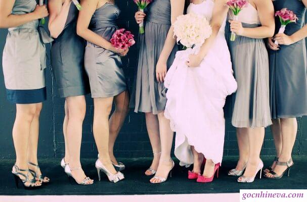 chọn đồ theo yêu cầu thiệp cưới