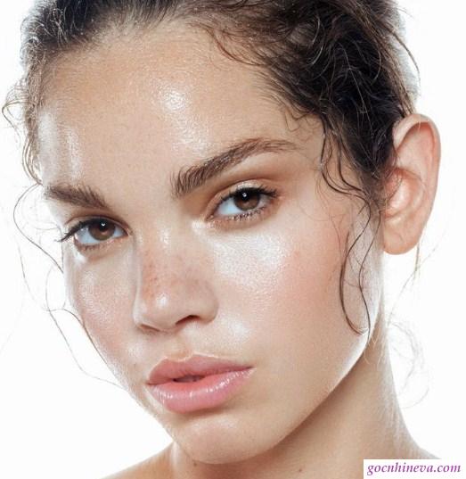 Da dầu sử dụng các sản phẩm kem dưỡng ẩm kiềm dầu, bổ sung nước cho da