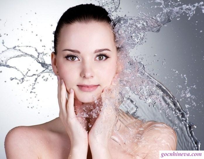 Hada Labo Advanced Nourish giúp làn da được đắm mình trong nước