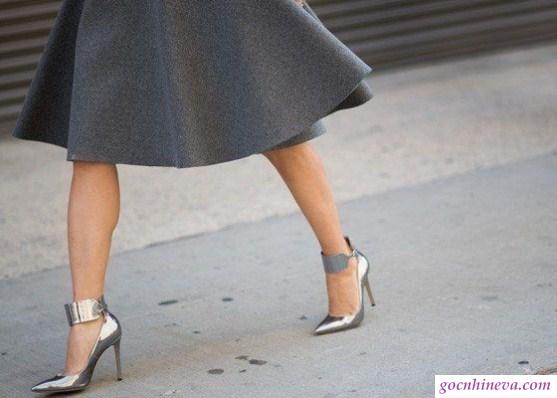 cách phối giày màu ánh kim