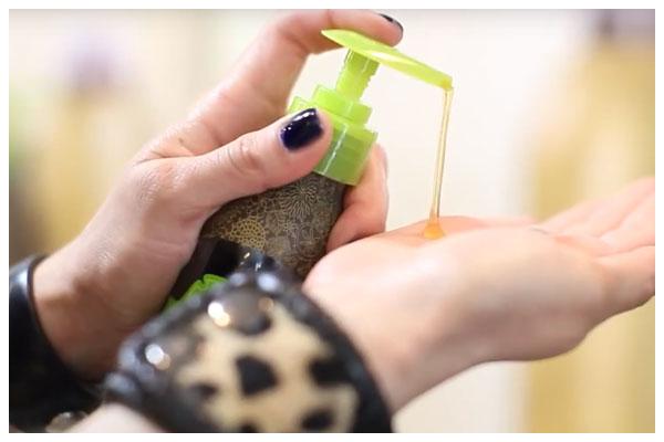 dùng tinh dầu dưỡng tóc xoăn hoặc cho tinh dầu dưỡng tóc uốn