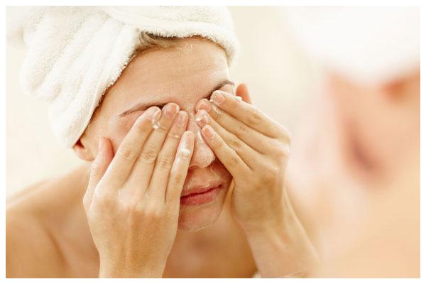 Dùng sữa rửa mặt trị mụn đầu đen và sáng da