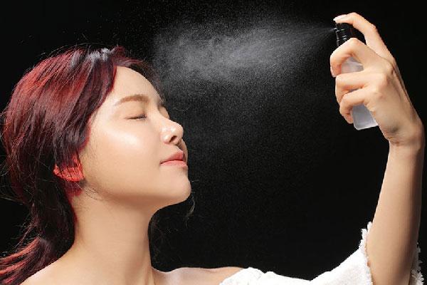 Xịt khoáng là gì? Xịt khoáng có quan trọng cho da của bạn không?