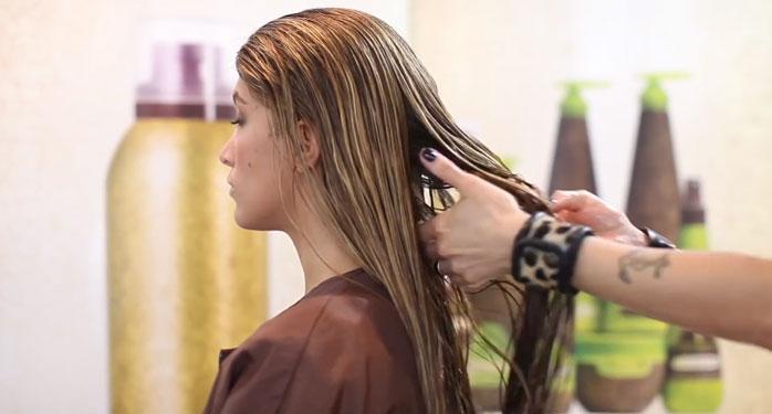 Tốt nhất bạn nên sử dụng dầu dưỡng tóc