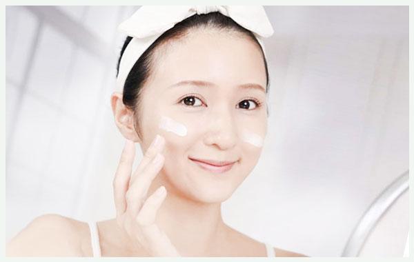 Sử dụng kem dưỡng ẩm ngay sau khi rửa mặt