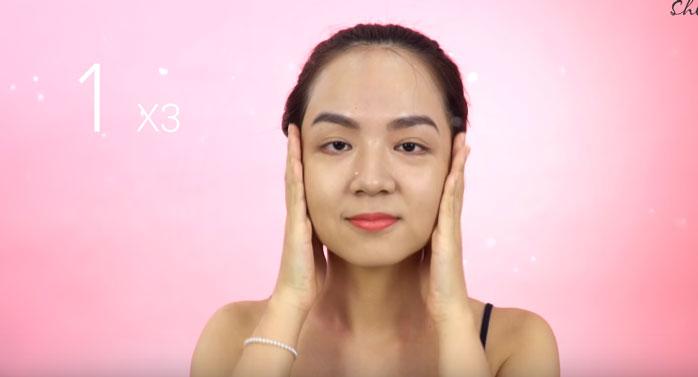 Động tác massage mặt tập trung vào vùng cằm và hai bên xương hàm để ngăn không cho da mặt bị chảy xệ theo tuổi tác