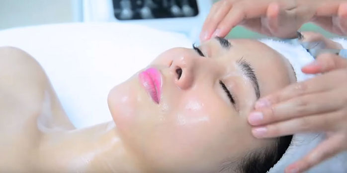 Sử dụng kem dưỡng da không thể thiếu công đoạn massage mặt để kem dưỡng được thẩm thấu sâu hơn