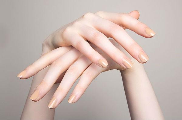 không đổi màu sơn móng tay quá thường xuyên