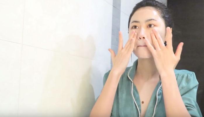 Rửa lại mặt thật sạch sau khi đã hoàn thành công đoạn massage trị mụn