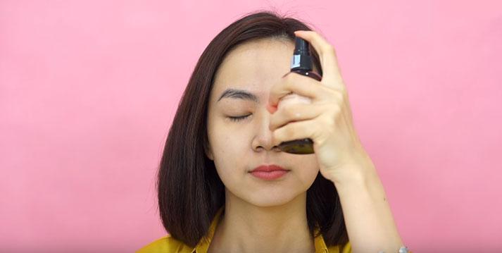 Sử dụng nước hoa hồng trước khi trang điểm sẽ giúp bảo vệ rất tốt làn da của bạn
