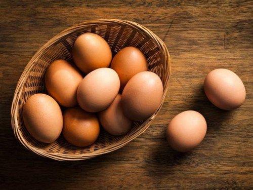 Với cách trị tàn nhang từ trứng gà, bạn tách lấy lòng trắng trứng