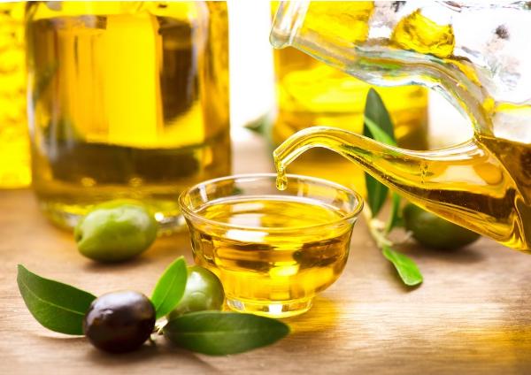 Rửa mặt với bia và tinh dầu (oliu hoặc hạnh nhân)